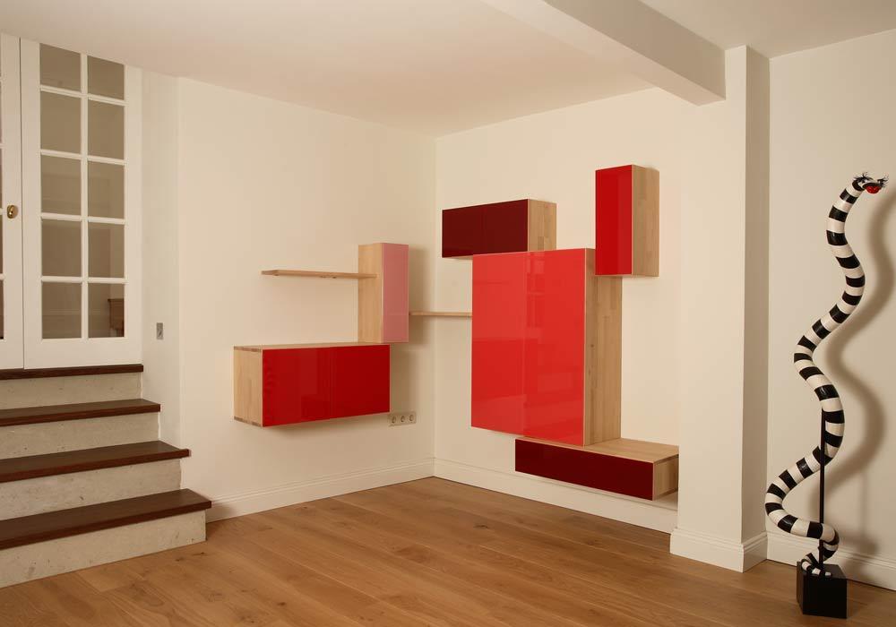 Combinaison d'étagères et de meubles colorés