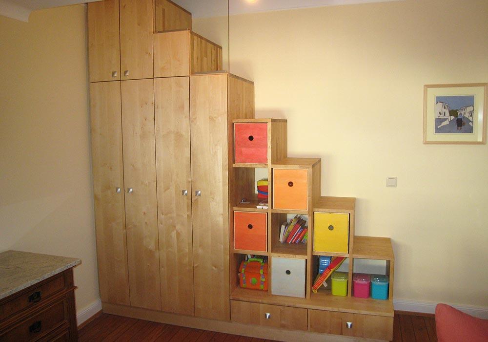 Etagère et armoire de la salle des jeunes