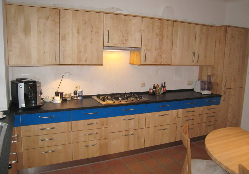 Cuisine avec façade de tiroir bleue