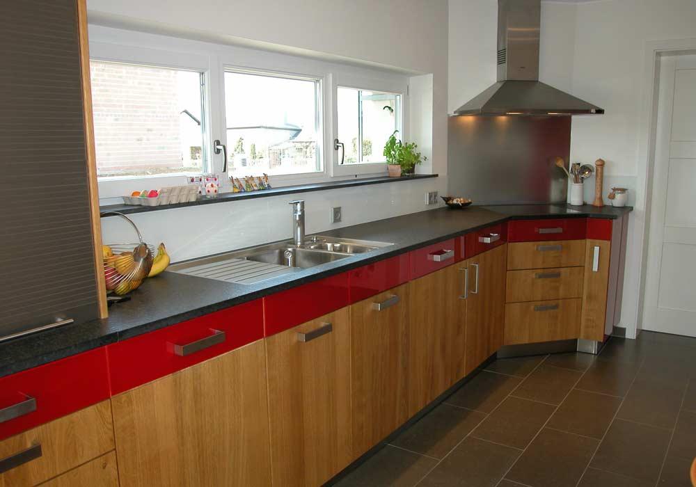 Cuisine avec façade de tiroir rouge