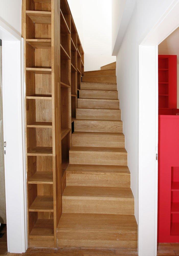 Treppe und Regal
