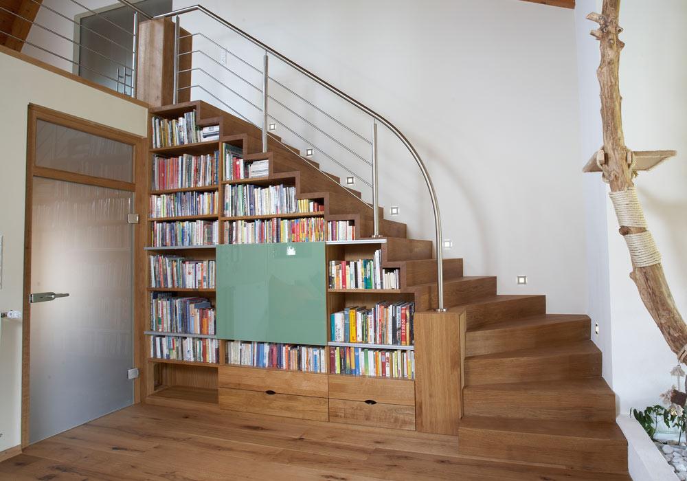 Escalier avec étagères